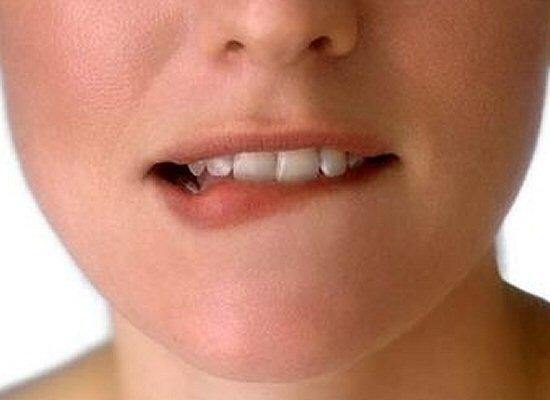 Как спасти губы от сухости
