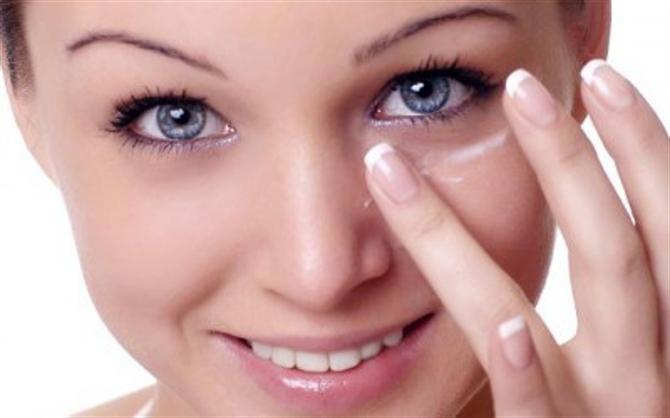 Кожа вокруг глаз тоже нуждается в правильном уходе