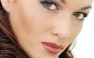 Ученые объяснили, почему опасно пользоваться косметикой во время беременности