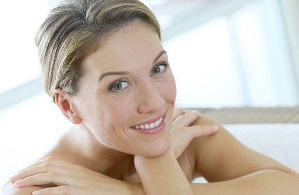 Как выглядеть моложе с помощью одежды и макияжа?