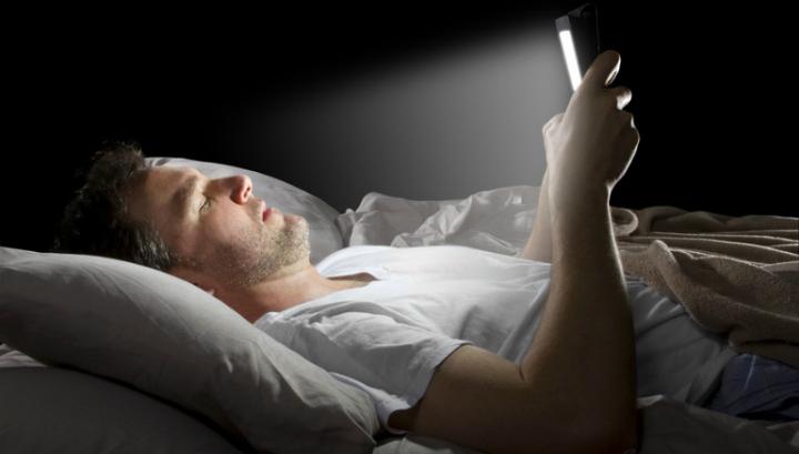Использование планшетов и смартфонов перед сном провоцирует стресс