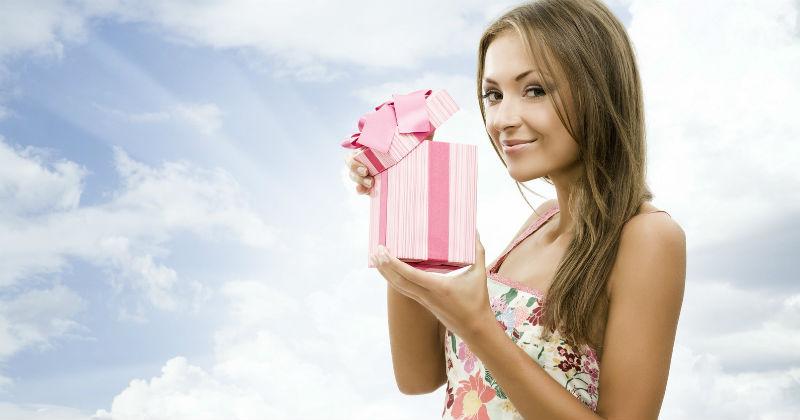 Что подарить женщине