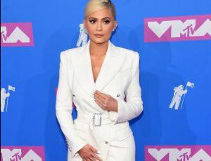 Кайли Дженнер пришла на VMA в белом платье-пиджаке