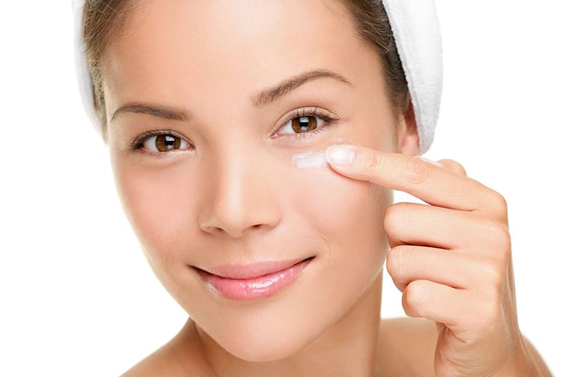 Пять распространенных ошибок в уходе за кожей вокруг глаз