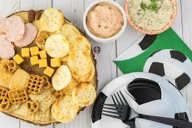 Несколько простых закусок с сыром к футболу