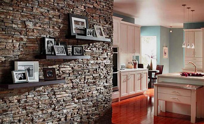 Ремонт квартиры: декоративная отделка стен под камень.