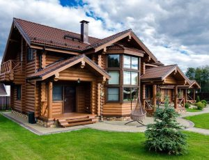 Деревянный бревенчатый дом, срубы и бревна