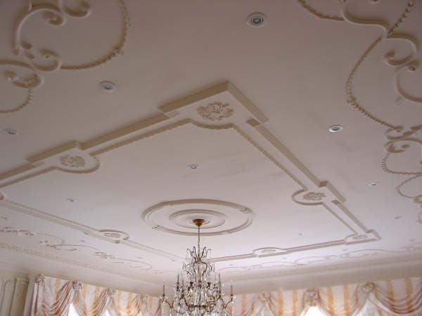 Отделка потолка лепниной