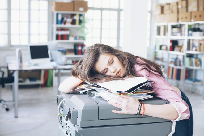 Если к середине дня сильно устаешь, нужно ли спать больше ночью?