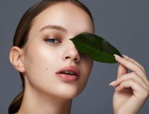 Главные ошибки в уходе за кожей вокруг глаз и 13 средств, которые их исправят