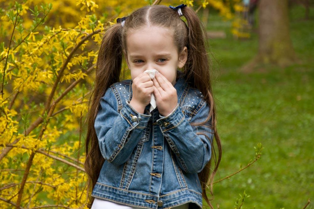 Зеленые сопли у ребенка: заразны или нет? Когда идти в детский сад?