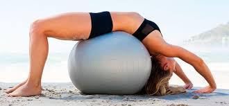 Самые эффективные упражнения с фитболом для красивой осанки и сильного живота
